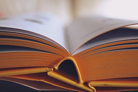 Onderzijden van een boek.