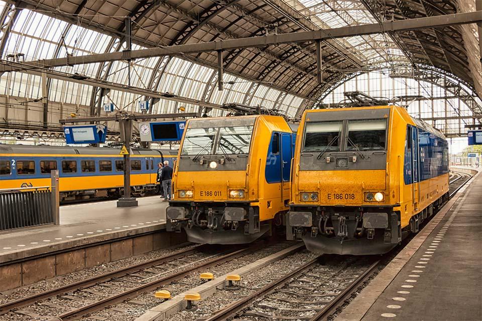Twee treinwagons op het station.
