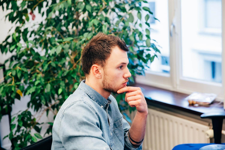 foto van een medewerker van Scrumble die geconcentreerd kijkt
