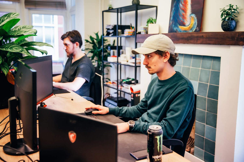 foto van twee ontwikkelaars van scrumble die geconcentreerd aan het werk zijn