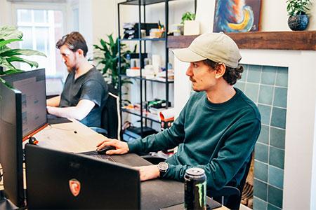 twee ontwikkelaars van Scrumble die geconcentreerd aan het werk zijn