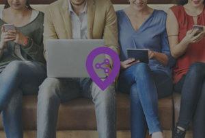 logo van digitalspot bovenop een foto van 4 mensen die naast elkaar op een device aan het werken zijn
