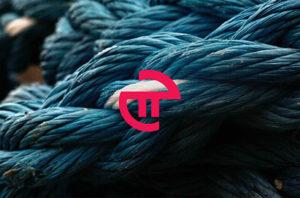 Logo van PI marketing bovenop een foto van blauwe touwen die door elkaar liggen