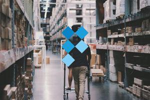 logo van polyestershoppen voor een persoon die met een kar door een magazijn loopt