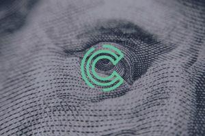 logo van Compliance Specialist bovenop een foto (ver ingezoomd) van een bankbiljet