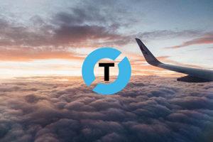 logo van Tourgrid bovenop een foto van de staart van een vliegtuig boven de wolken