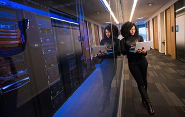 Vrouw bij server kast